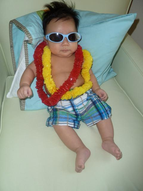 darwin as a hawaiian beach boy for his 1st halloween_last minute baby halloween costume tips